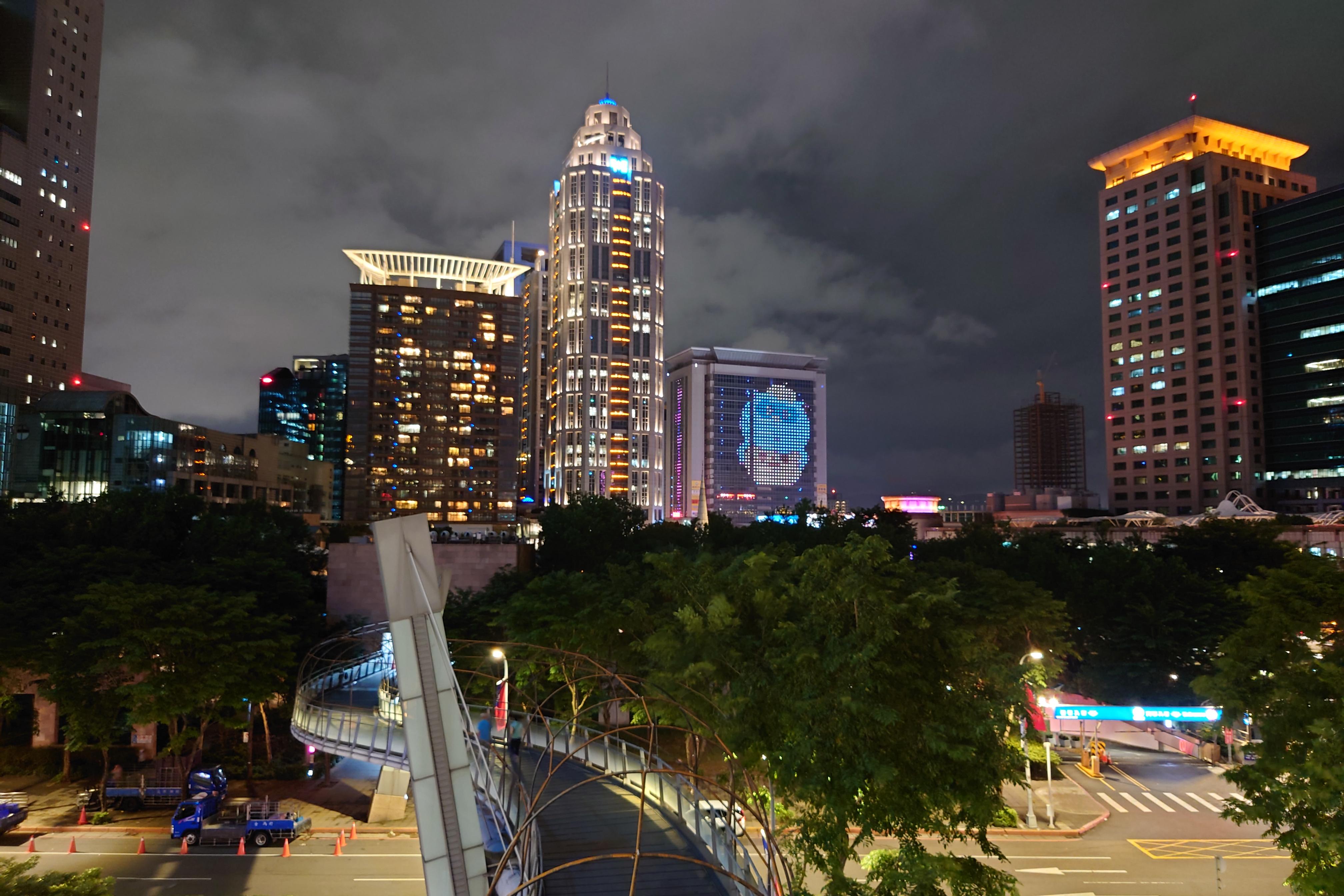 Photo Pro:Auto 偵測夜景模式 - 24mm鏡頭
