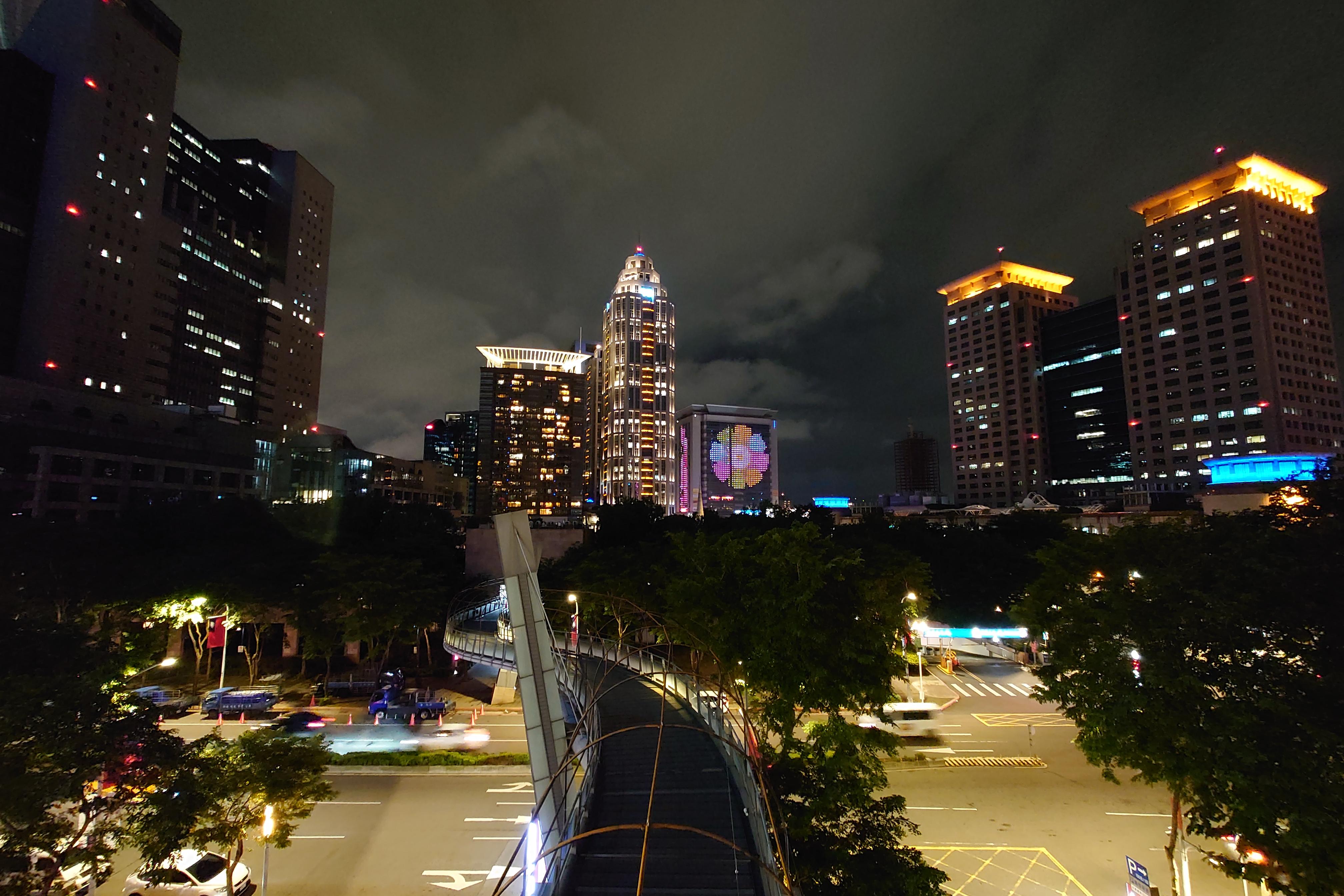Photo Pro:Auto 偵測夜景模式 - 16mm鏡頭